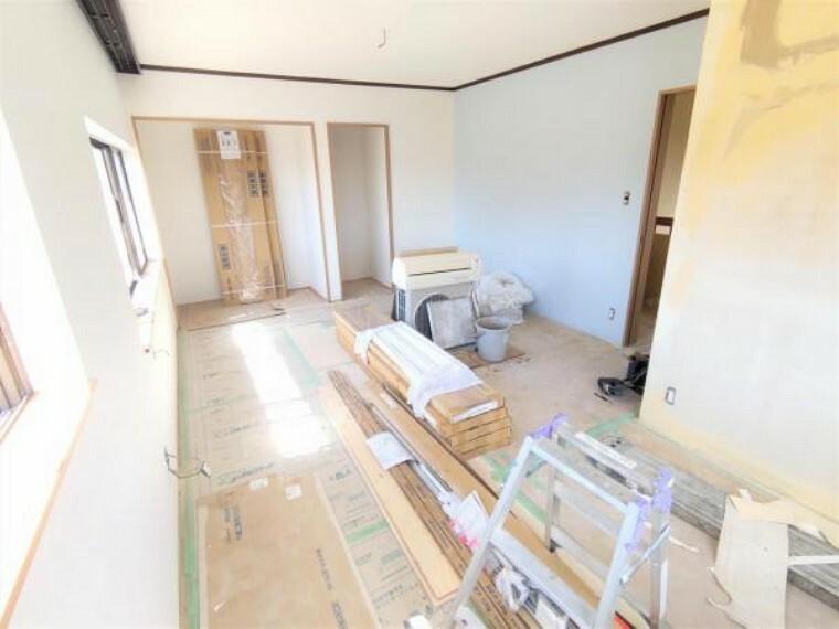 【リフォーム中写真9/19撮影】2階東側洋室の別アングル写真です。収納スペースは2か所あり、その分他のスペースを広くお使いいただけます。収納は新品交換していきます。