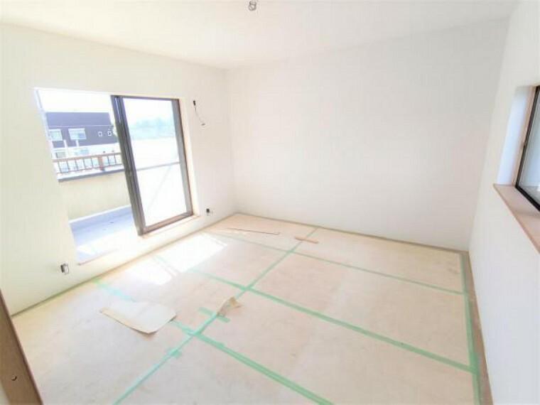 【リフォーム中写真9/19撮影】2階西側の和室は洋室へと変更していきます。2面採光で通気性も良く、毎日のお掃除もはかどります。天井・壁のクロス、床材を張替えます。
