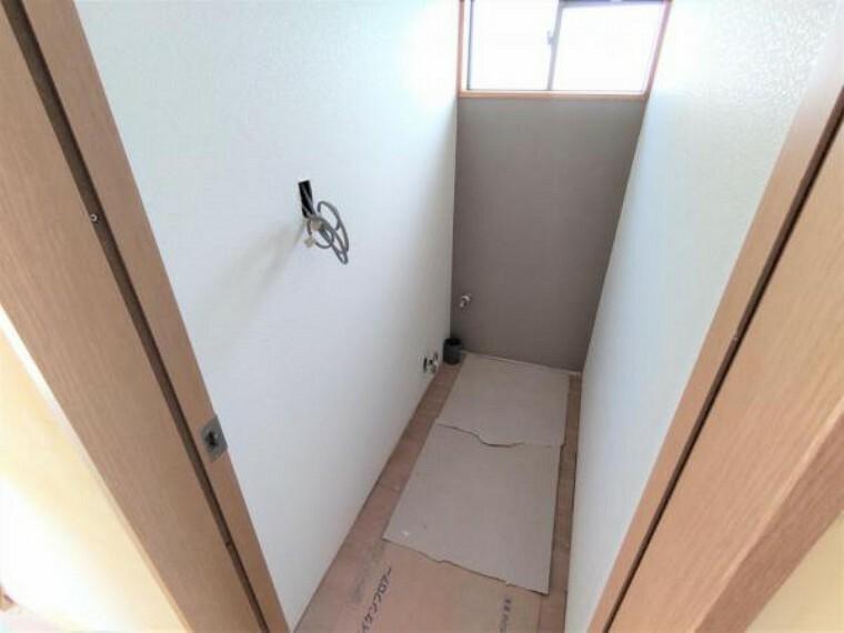 トイレ 【リフォーム中写真9/19撮影】2階トイレは新品交換します。各階にトイレがあると忙しい朝の時間にも、余計なストレスを感じることがありません。階段を下る必要が無いので、生活しやすい動線になっています。