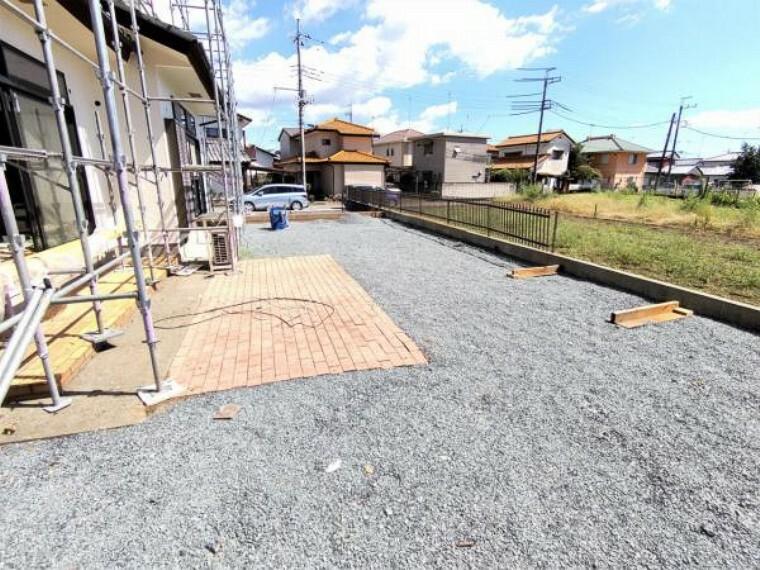 庭 【リフォーム中写真9/19撮影】広々とした庭付きの住宅です。既存庭木・庭石は撤去し、スッキリした外観に生まれ変わります。砕石を敷き込むことで砂ぼこりを防ぎます。