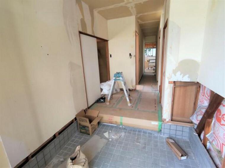 玄関 【リフォーム中写真9/19撮影】玄関前写真です。シューズボックス、照明の新品交換を行い、明るい印象になるよう仕上げていきます。玄関収納もあるので、良く使うものを保管するのに役立ちます。