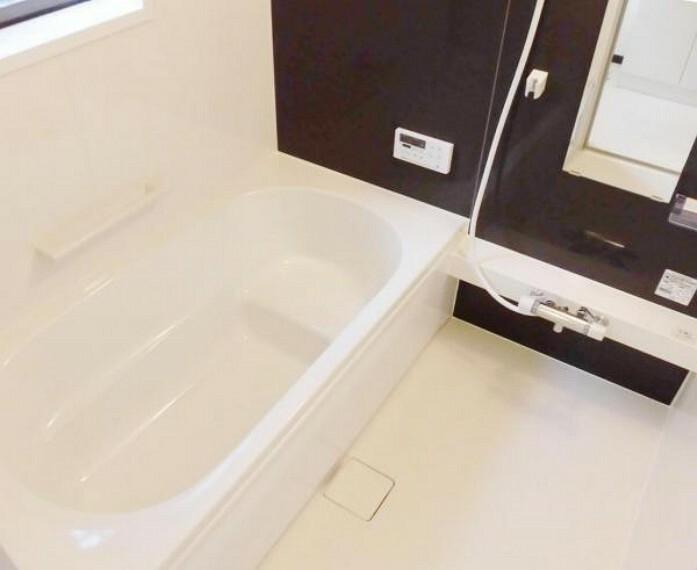 浴室 【同仕様写真】浴室はハウステック製のユニットバスに交換します。足を伸ばせる1坪サイズの広々とした浴槽で、1日の疲れをゆっくり癒すことができますよ。