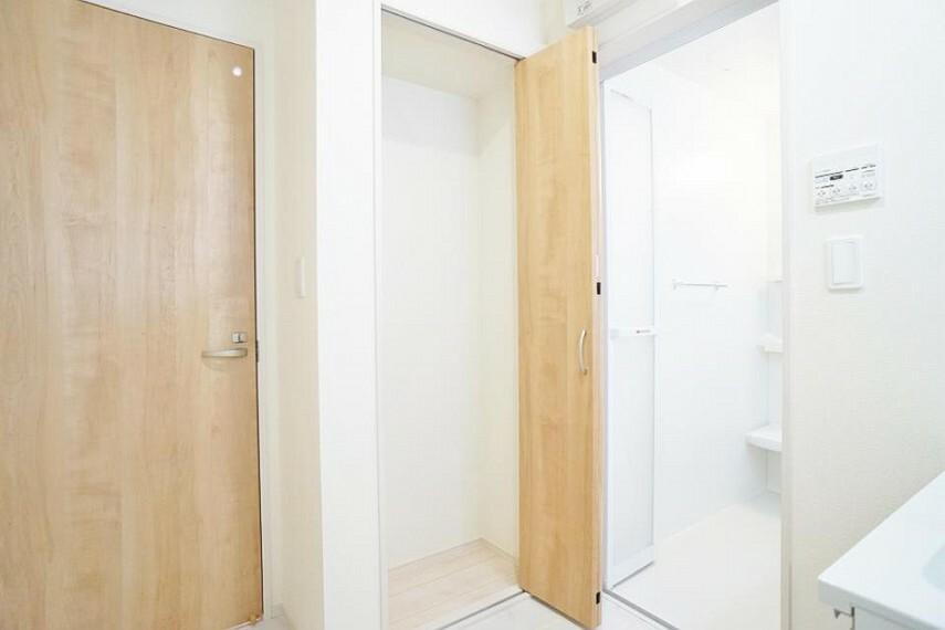 脱衣場 清潔感のある快適空間です。高さのあるものの収納もあります。