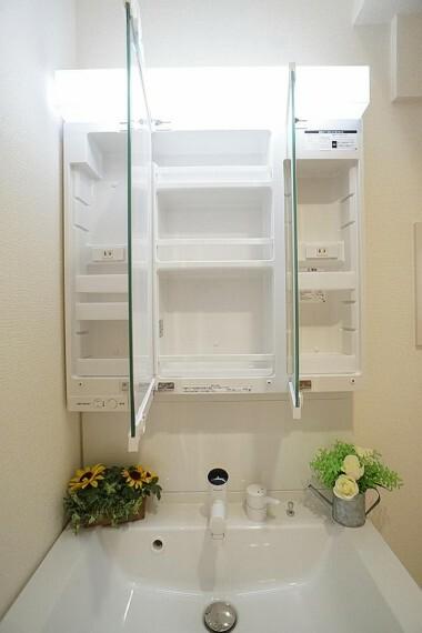 三面鏡洗面台は収納豊富。細かいものもスッキリ片付きます。