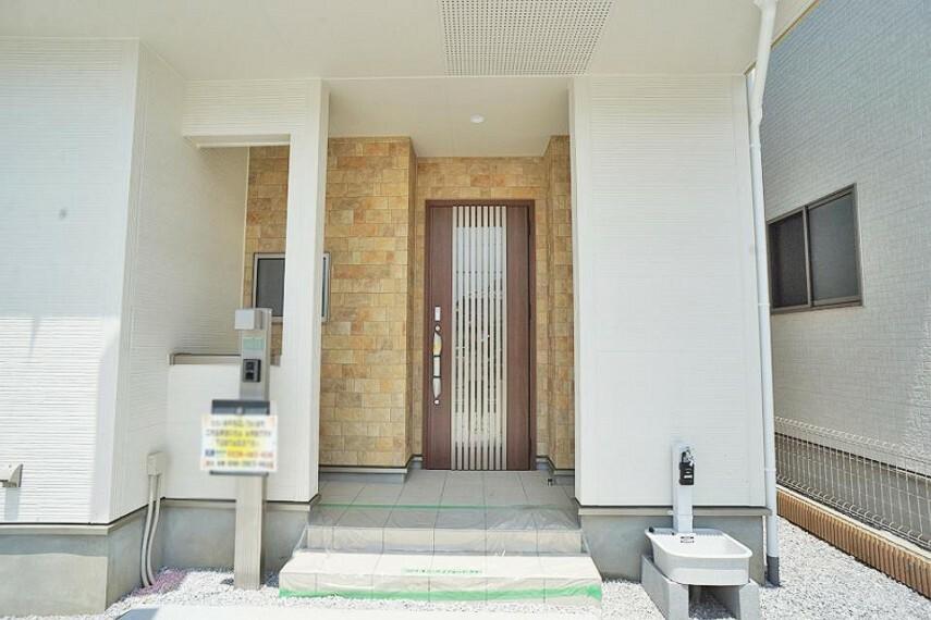 玄関 ナチュラルなデザインで明るい雰囲気の玄関ドア
