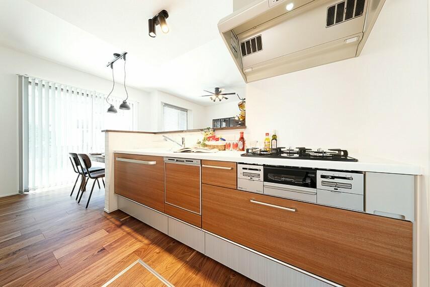 キッチン/トクラス「Bb」  ゆったり使えるワークトップ、使いやすさを考えた収納に、お手入れ簡単な「サイクロンフードIII」や「人造大理石」。キッチンがキレイだと料理が楽しくなります