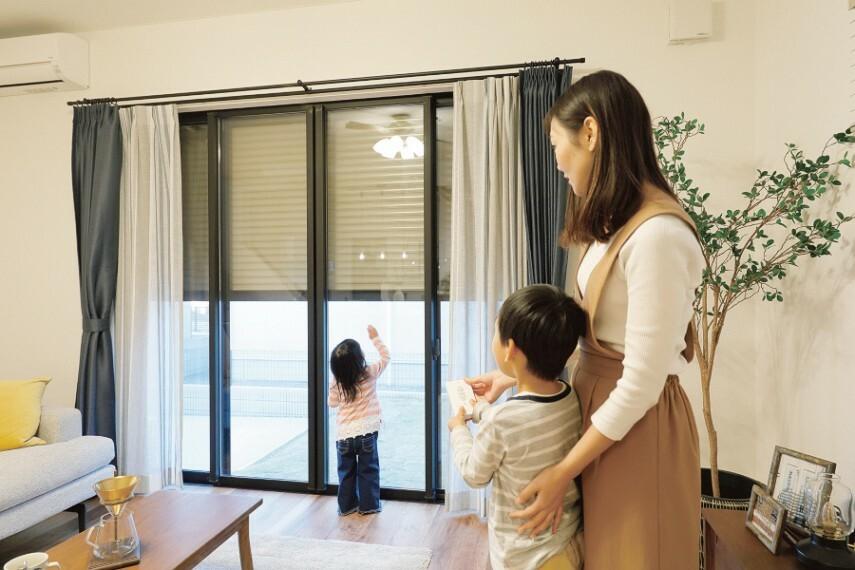 電動シャッター  窓を開けずに開閉でき、防犯対策とともに、雨風による汚れから窓を守ります。