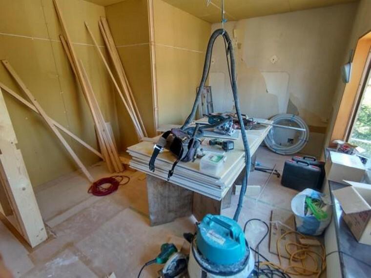 【リフォーム中写真】これから2部屋にする予定のスペースです。壁天井クロス張替え。照明交換。床の重張りを行います。