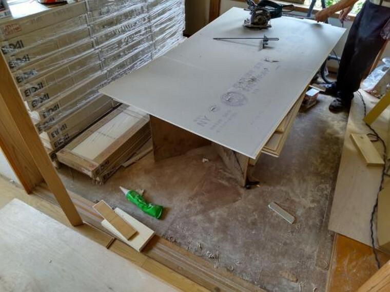 【リフォーム中写真】2階和室6帖の写真です。畳の表替えと壁紙・障子・ふすまもきれいに張り替えを行います。