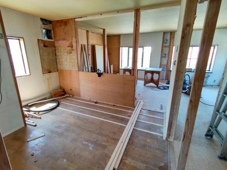 居間・リビング 【リフォーム中写真】これから21帖リビングになる予定のお部屋です。既存のキッチンと2部屋を1つのリビングにリフォームします。壁天井クロス張替え。照明交換。床の重張りを行います。