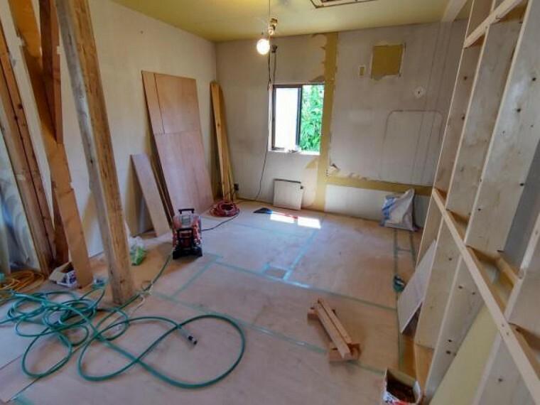 【リフォーム中写真】2階洋室5.5帖の写真です。壁天井クロス張替え。照明交換。床の重張りを行います。クローゼットも新しく設置し使いやすいお部屋になります。