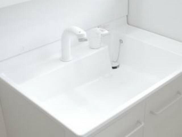 【同仕様写真】新品交換する洗面化粧台の水栓は、お湯と水をきちんと使い分けられるエコな仕様です。お湯のムダづかいを防ぐので、ガス代も節約。家計に優しい設計です。