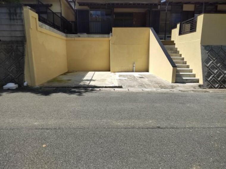 外観写真 南側駐車場の写真です。堀車庫を解体し、玄関上り階段を作り変え駐車スペースを1台から2台並列駐車可能にしました。接道6mあるので楽々駐車できます。