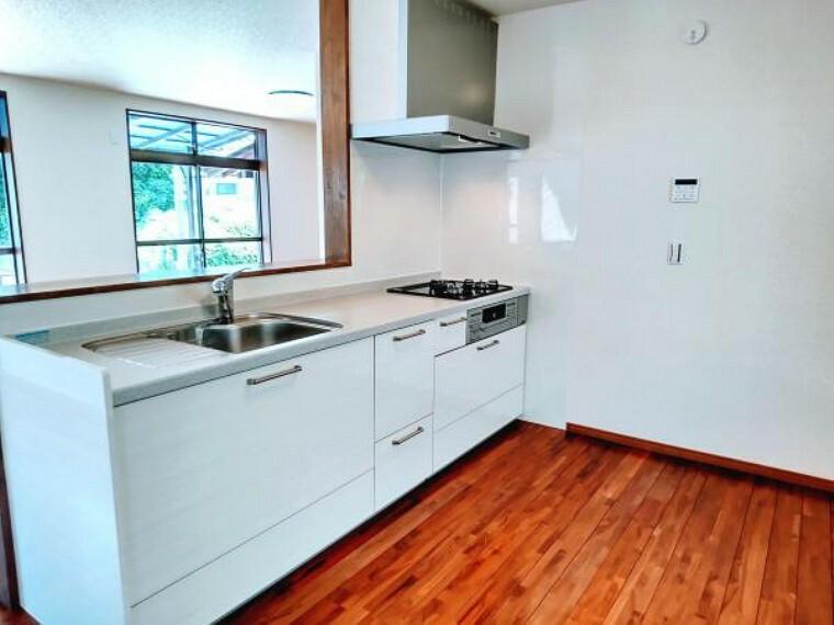 キッチン 永大製の新品キッチンのシンクはサビにくく熱に強いステンレス製です。水はねの音を抑える静音設計で、従来よりもさらに水音が静かになっています。