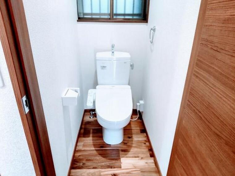 トイレ トイレはTOTO製の温水洗浄機能付きに新品交換しました。表面は凹凸がないため汚れが付きにくく、継ぎ目のない形状でお手入れが簡単です。節水機能付きでお財布に優しい商品です。