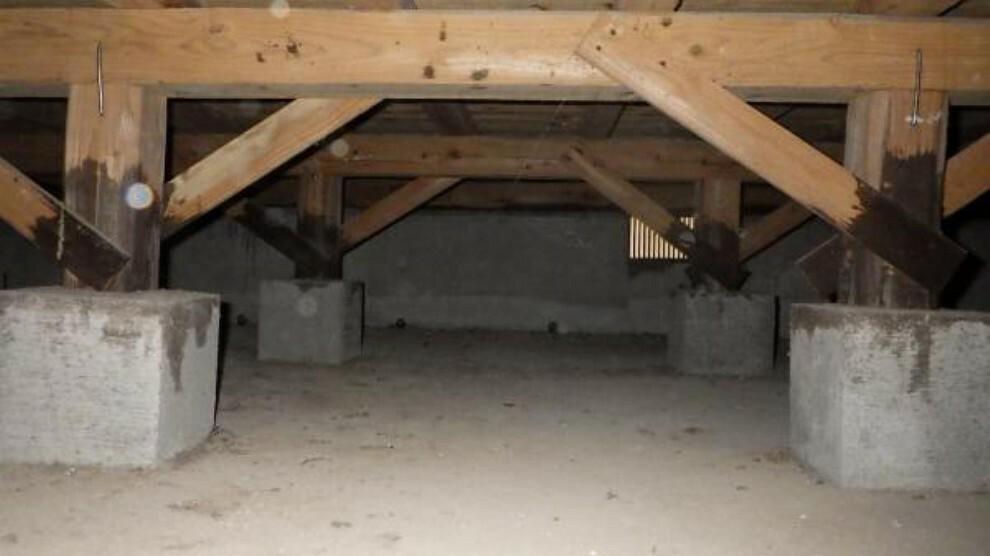 構造・工法・仕様 中古住宅の3大リスクである、雨漏り、主要構造部分の欠陥や腐食、給排水管の漏水や故障を2年間保証します。その前提で床下まで確認のうえでリフォームし、白アリの被害調査と防蟻工事もおこないました。