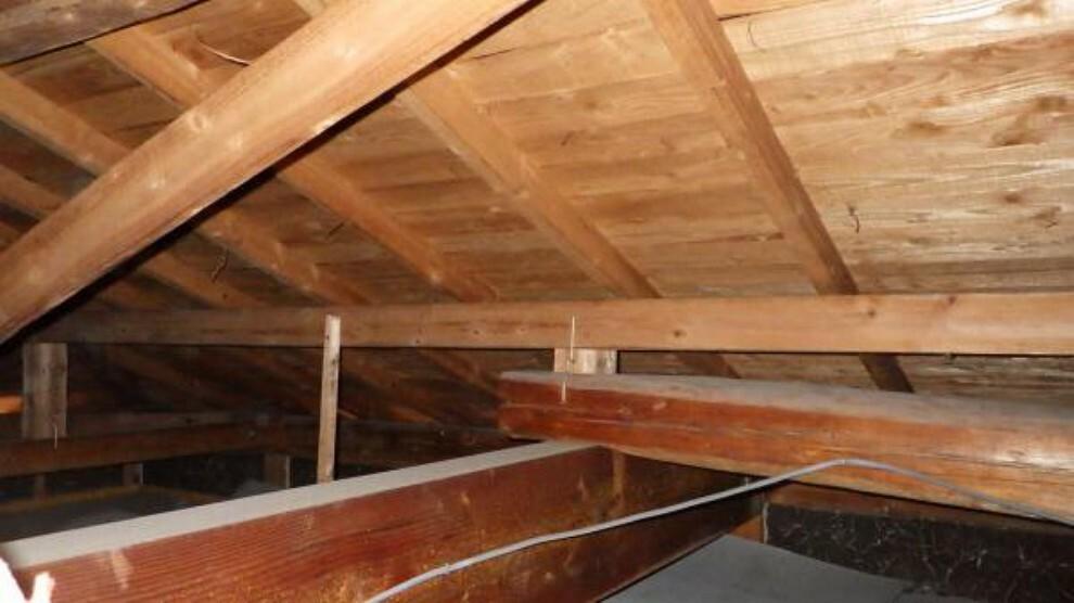 構造・工法・仕様 少しでも安心して頂けるように、普段見えない屋根裏も雨漏れや蟻害が無いか点検・確認をしてリフォームしております。