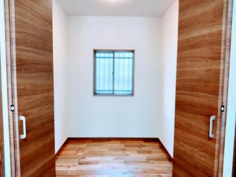 収納 玄関正面にある2帖納戸です。掃除機などあらゆる物を収納できるスペースです。クローゼットを新設しました。
