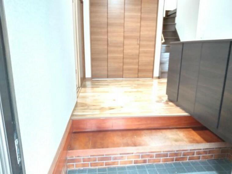 玄関 お客様をお迎えする玄関です。床からの段差が低いので安心してお住まいして頂けます。シューズボックスも永大製の新品に交換しました。