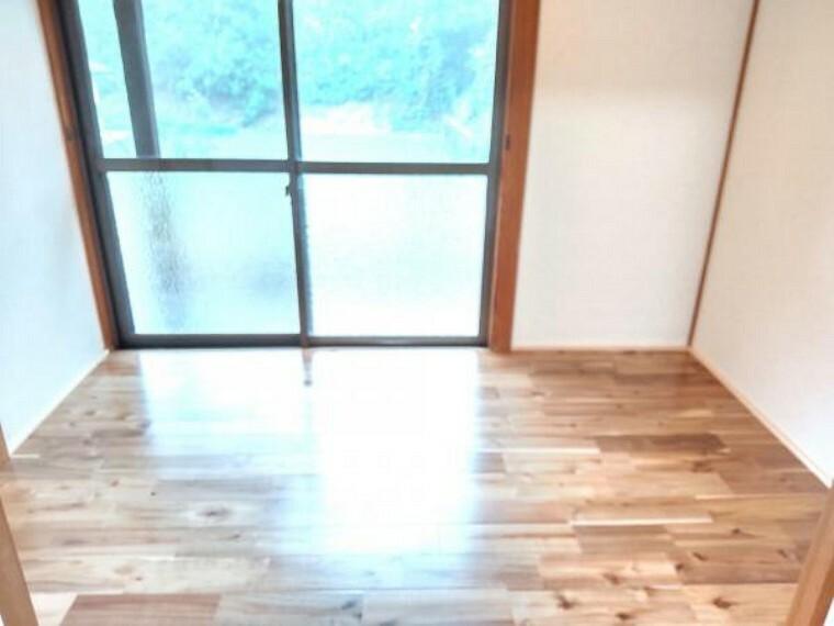 南側和室に繋がっている広縁です。陽当たりがいいのでゴロンと横になりたいときには嬉しい空間です。床はフローリング上張りしました。