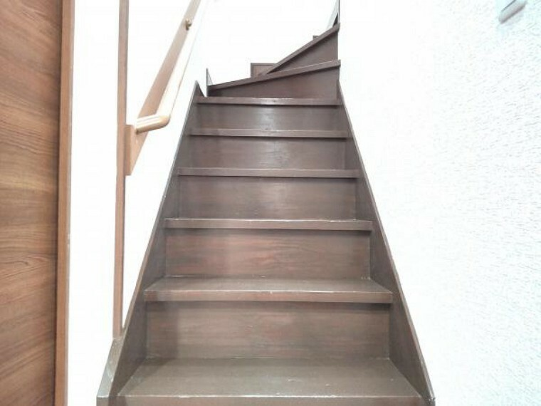 階段の写真です。手すりが付いているのでお子様やご高齢の方も安心して上り下りできます。床は塗装し綺麗になりました。