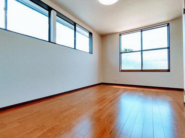 洋室 2階南側8.5帖ある二面採光の洋室です。押入れ部分を撤去しフリースペースを作りました。床はフローリング上張り、壁・天井クロス張替えました。