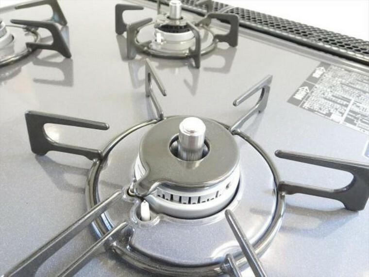 専用部・室内写真 【同仕様写真】新品キッチンは3口コンロで同時調理が可能。大きなお鍋を置いても困らない広さです。お手入れ簡単なコンロなのでうっかり吹きこぼしてもお掃除ラクラクです。