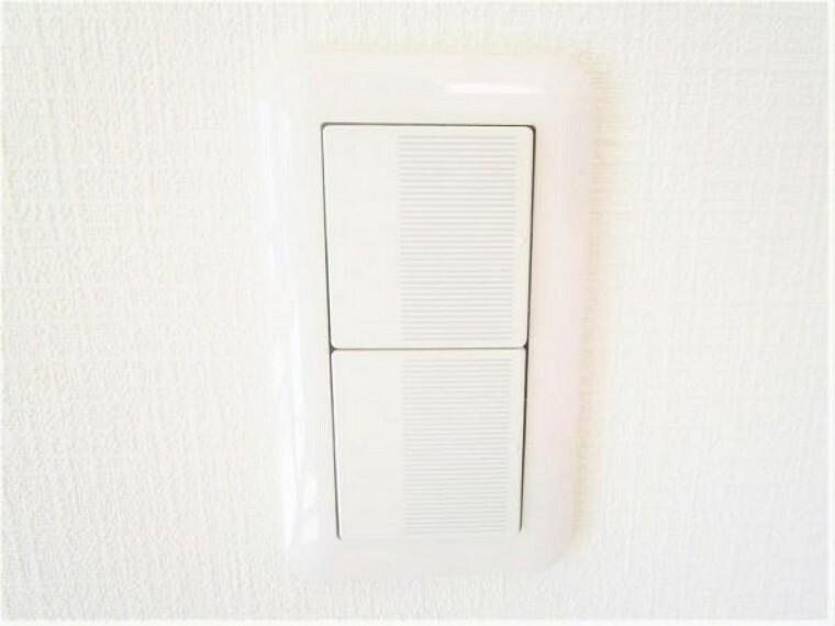 照明スイッチはワイドタイプに交換しました。毎日手に触れる部分なので気になりますよね。各場所の名前が書かれているのでわかりやすいスイッチになっています。