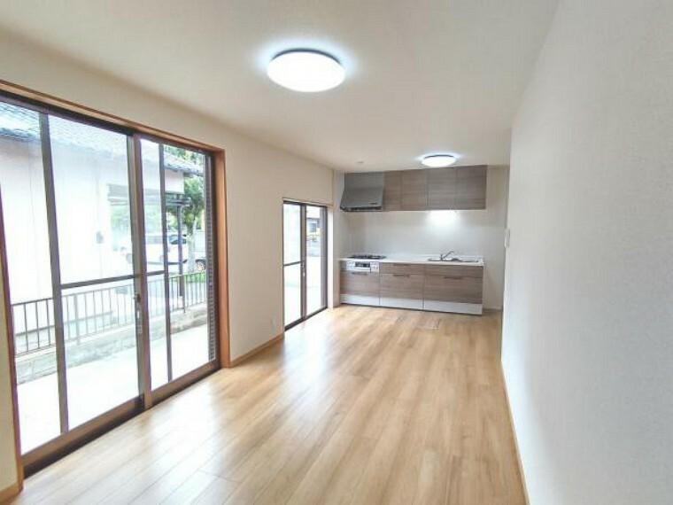 居間・リビング 【リフォーム済】LDKです。DKと6帖洋室をくっつけてLDKを新設しました。床はフローリング張り、天井・壁のクロス張替え、照明交換を行いました。