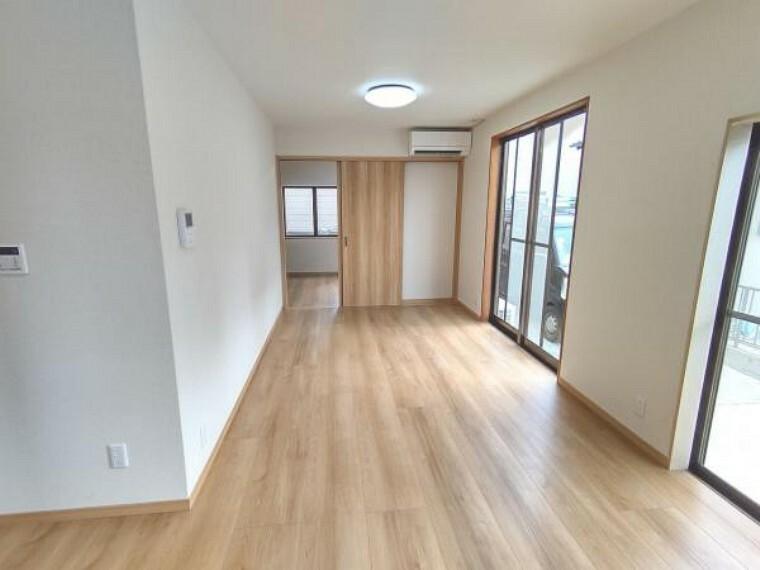 居間・リビング 【リフォーム済】リビング別角度です。12帖の広さですが、キッチンが壁付けになるため、ダイニングスペースとリビングスペースを分けてお使いいただけます。