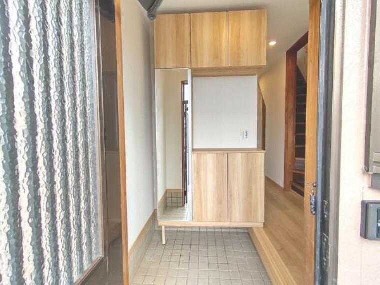 玄関 【リフォーム済】玄関です。タイルはクリーニング、天井・壁のクロス張替え、照明交換を行いました。シューズボックスも新設したため、玄関周りもすっきりと片付きそうです。