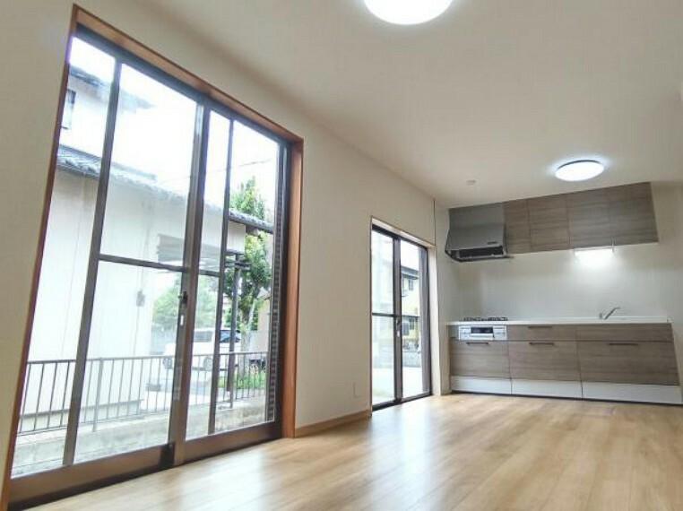 キッチン 【リフォーム済】キッチン位置です。横幅が2400mmあるので、お料理もしやすいですね。吊戸棚があるので、収納にも困りません。