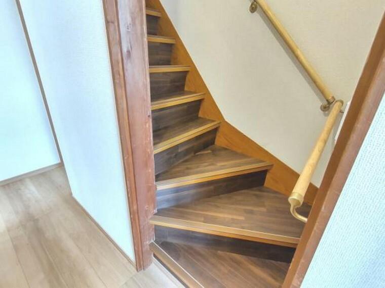 【リフォーム済】階段です。天井と壁はクロス、床にはクッションフロアを張りました。手すりも新設いたしましたので、上り下りも安心ですね。