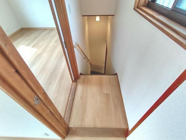【リフォーム済】2階廊下です。天井と壁はクロス、床はフローリングを張りました。照明は交換いたしました。