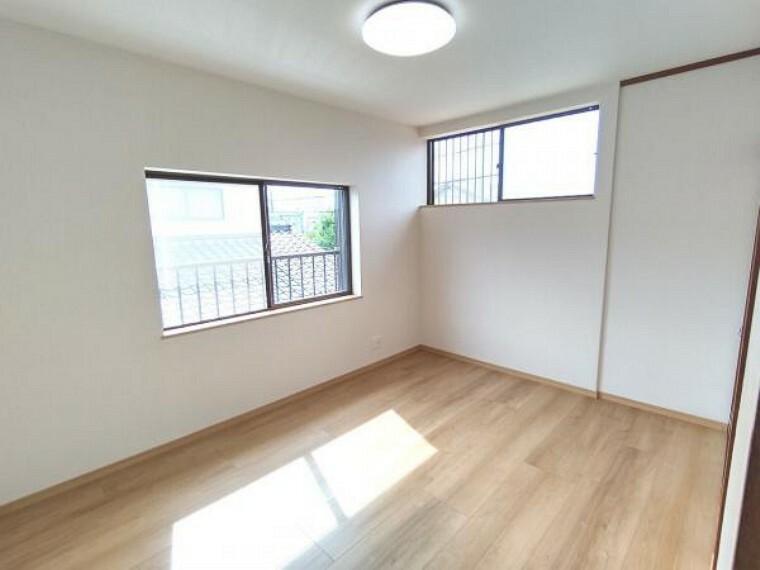 【リフォーム済】2階北側の和室です。洋室に間取り変更を行いました。床はフローリング張り、天井・壁のクロス張替え、照明交換を行いました。