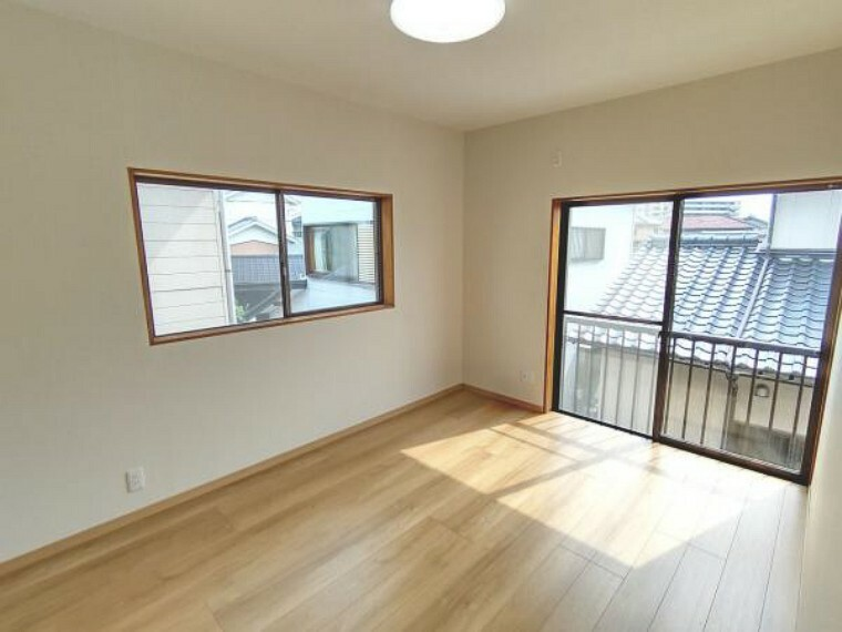 【リフォーム済】2階南側の洋室です。床はフローリング張り、天井・壁のクロス張替え、照明交換を行いました。