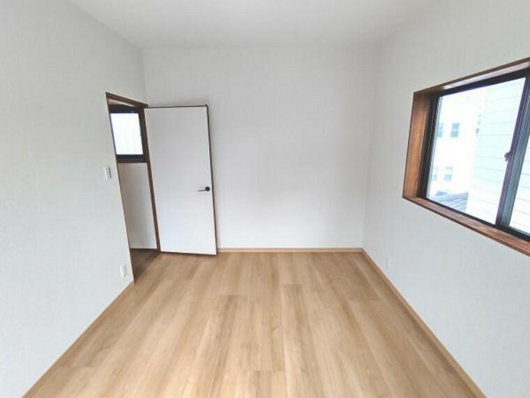 【リフォーム済】別角度の2階南側の洋室です。