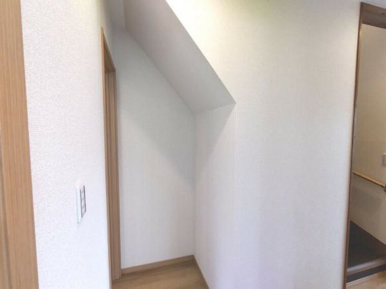収納 【リフォーム済】階段の下側部分です。1階洋室へのドアを設置しました。構造上抜けない柱は残しつつ、住みやすい間取りに変更を行いました。