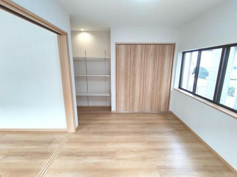 【リフォーム済】LDKと洋室の間は3枚引戸で区切られています。広げれば大きなLDKとして、閉めれば独立した洋室としてお使いいただけます。