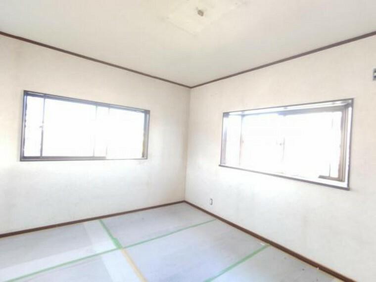 【リフォーム中写真】9/10撮影 2階の洋室です。フローリング重ね張り、天井壁クロス張替え、照明交換を行います。南東向きに窓がついているので、気持ちの良い朝日が入ってきます。寝室にいかがでしょうか。