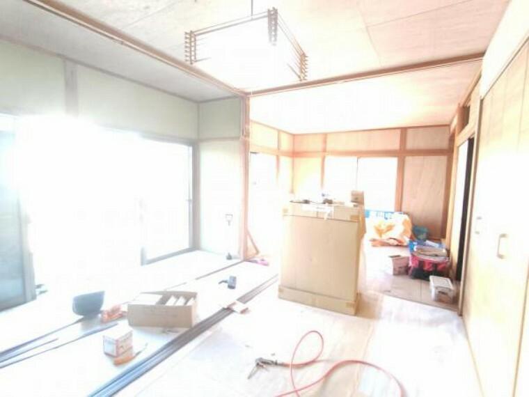 【リフォーム中写真】9/10撮影 1階の二間続きの和室です。一間は畳表替え、天井壁クロス張替え、照明交換を行います。伸び伸びと寝っ転がることのできる和室があるのは嬉しいポイントですね。