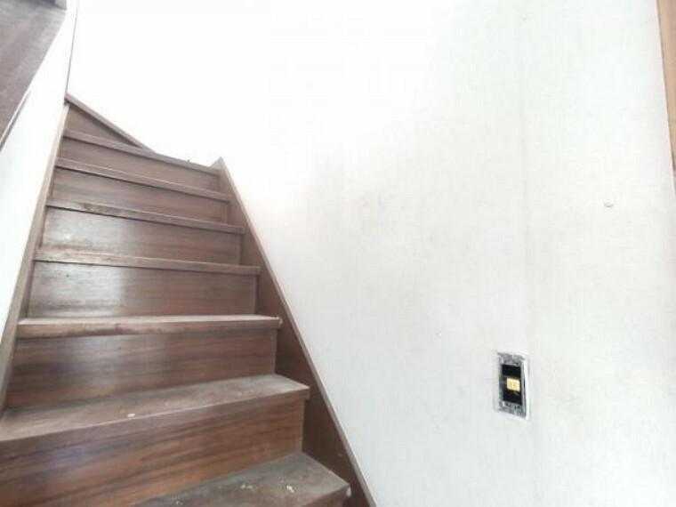 【リフォーム中写真】9/10撮影 2階へ続く階段です。小さなお子様やお年を召した方でも安心して上り下りできるように、新品の手すりを設置する予定です。事故の起こりやすい階段の昇降を、より安全にできるように最大限配慮します。