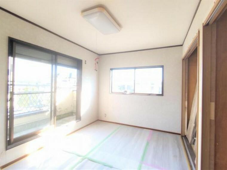 【リフォーム中写真】9/10撮影 2階南西側洋室写真です。 フローリング重ね張り、天井壁クロス張替え、照明交換を行います。一間のクローゼットが二つ入るので、収納たっぷりで使い勝手良いですね。
