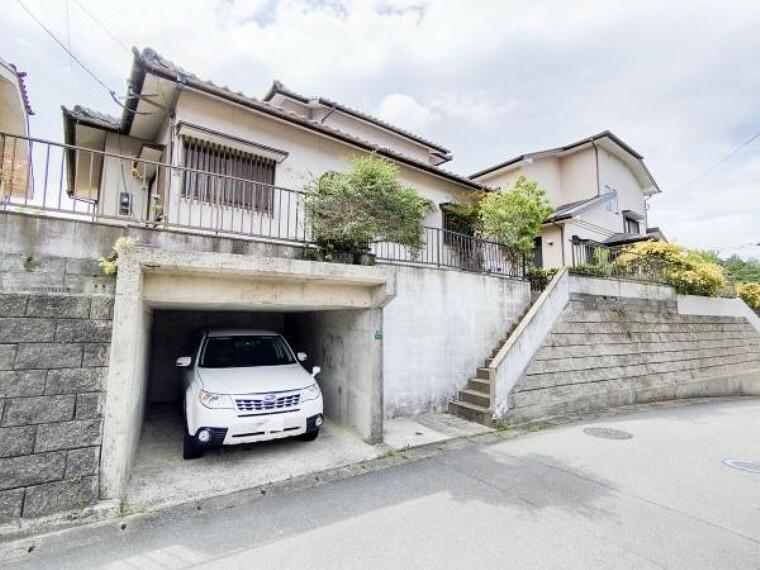 駐車場 【駐車場】堀車庫1台分になります。高さの制限はありますが、屋根ありますので大切なお車も汚れにくく、お車をお持ちでないお客様は物置としてもお使い頂けますので便利です。