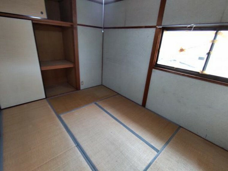 【リフォーム前】2階の和室は今から洋室へ変更します。真壁から大壁にし、床・天井・壁クロスを張ります。さらに、押入をクローゼットに変更予定です。