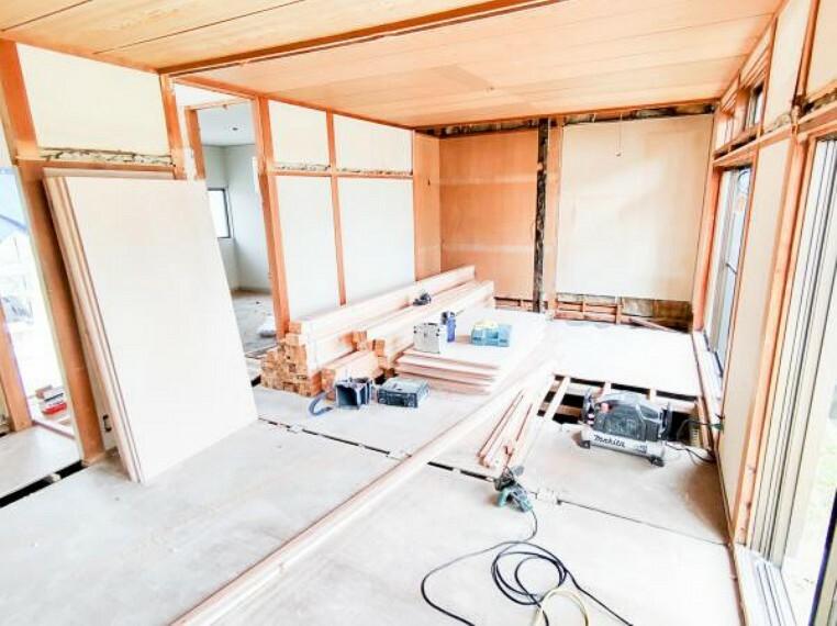 居間・リビング 【リフォーム中】6/26撮影。南側の二間続きの和室をLDKへ変更中です。現在、床を張替え中です。もちろん和室の壁は、真壁から大壁に変更して綺麗に仕上げます。