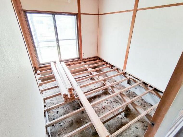 【リフォーム中】6/26撮影。1階南側6畳の和室を洋室に変更しています。壁は真壁から大壁にかえて天井・壁クロスを張り、さらに押入部分をクローゼットに変更します。