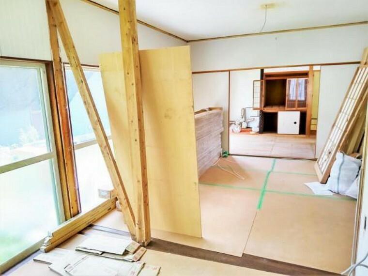 居間・リビング 【リフォーム中】リビングは床を重張を行い、天井・壁のクロスは張替えを行っていきます。大き目の窓があり明るいリビングです。