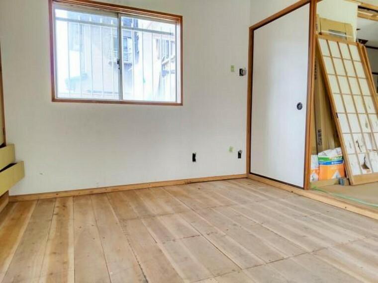 【リフォーム中】1階和室6畳の写真です。これから畳の表替えを行います。
