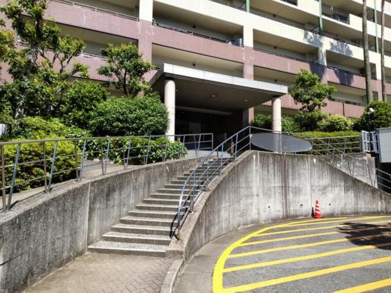 外観写真 【建物入口】マンション正面入り口です。ここの階段を登ったところが入口になっています。階段横にはスロープもありますので、ベビーカーや車椅子も大丈夫です。